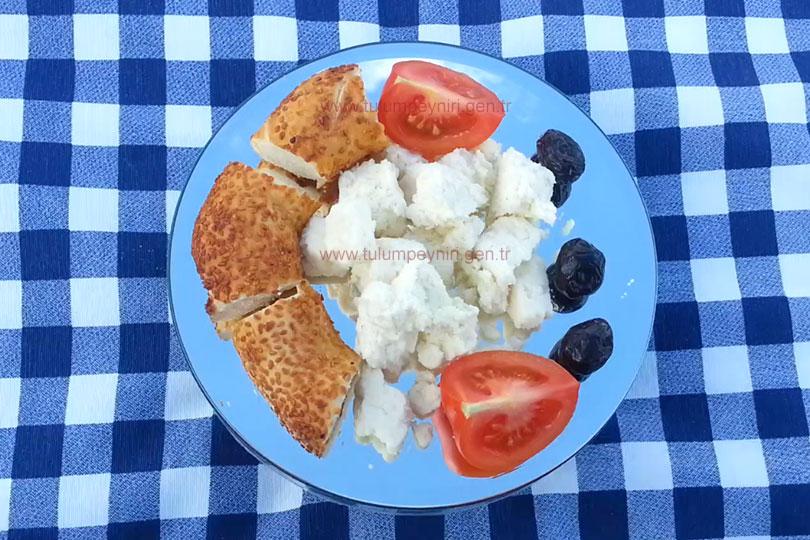 Photo of Simit Zeytin ve Domatesli Erzincan Tulum Peyniri